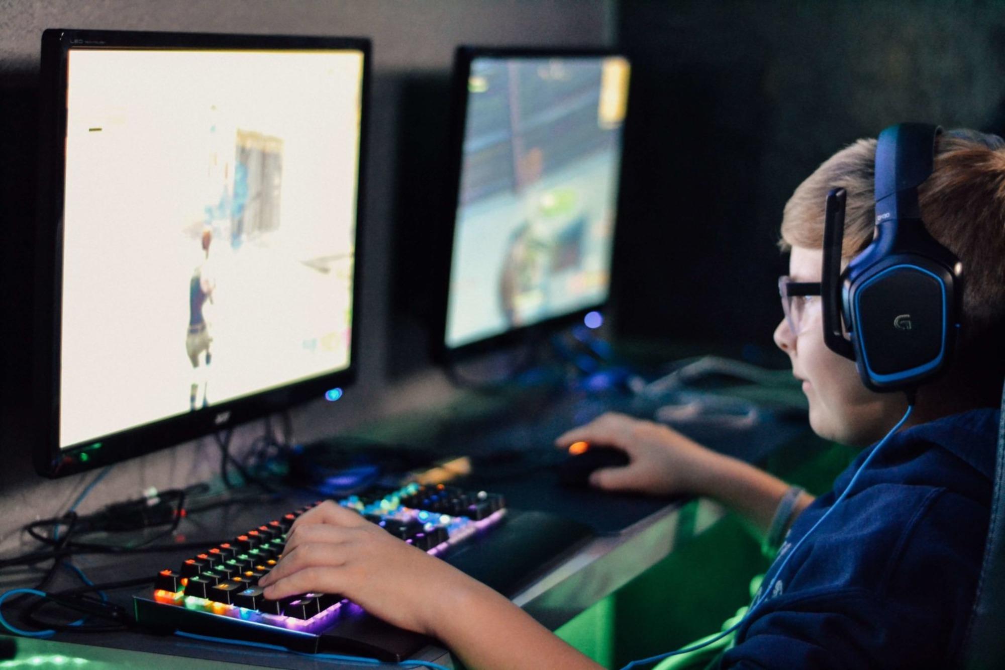 Uso constante de auriculares causa la pérdida de audición infantil